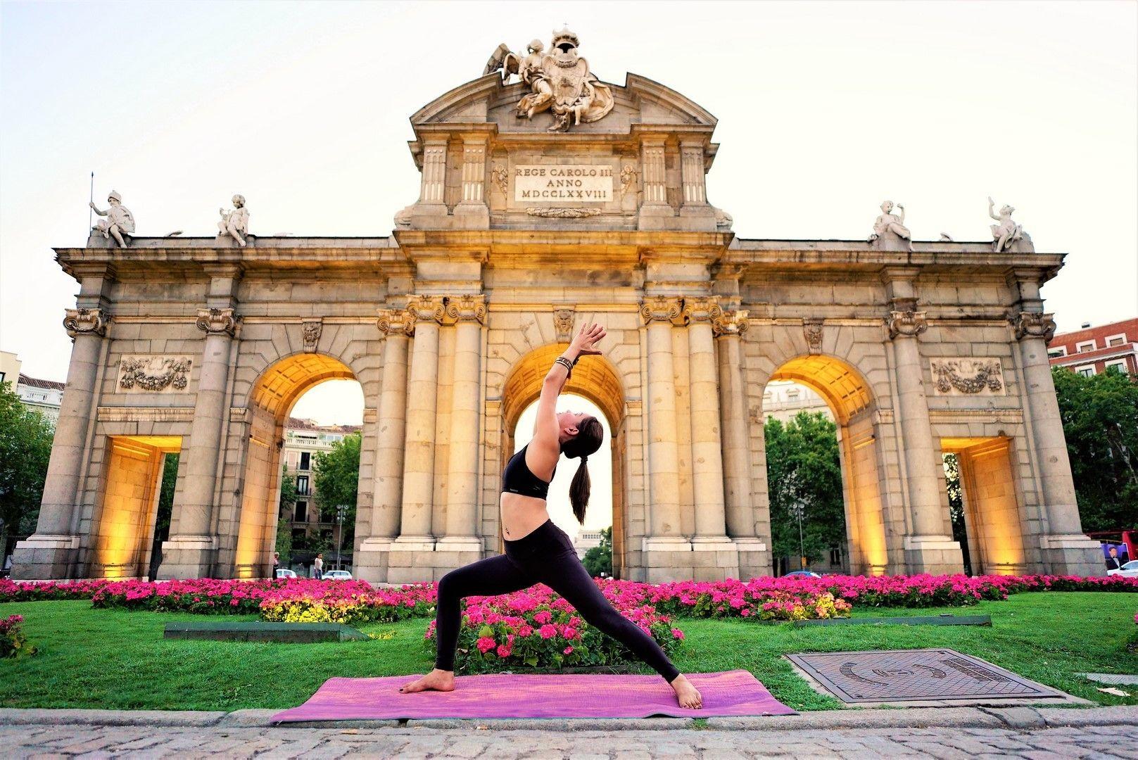 free community yoga class at retiro park 13 de abril