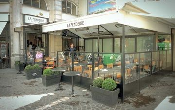 the international rendez vous la penderie bar with terrace internationals in paris paris. Black Bedroom Furniture Sets. Home Design Ideas