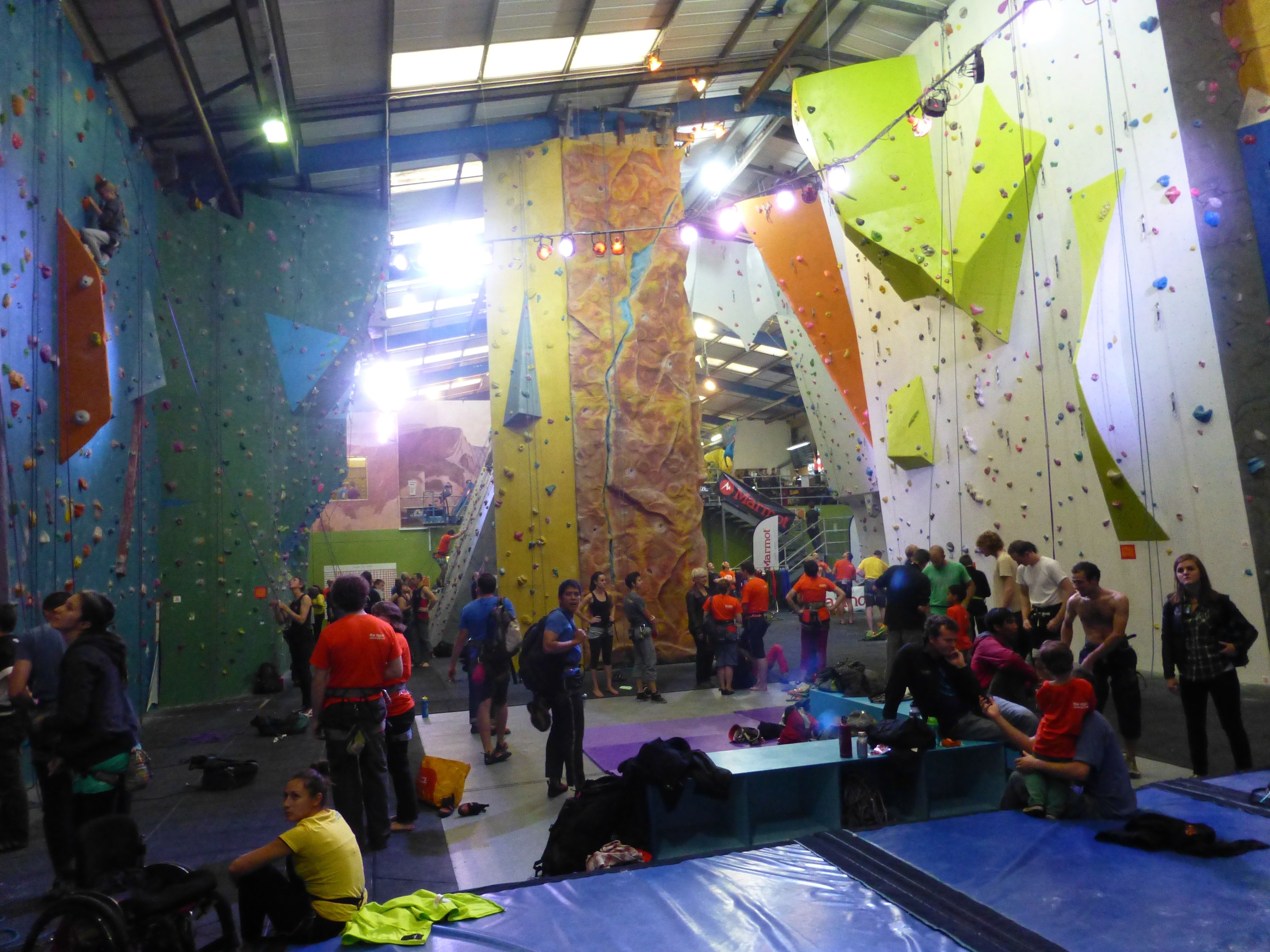 ICAS Indoor: social climbing