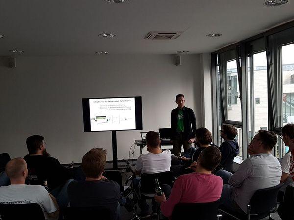 Ingo Steinke zeigt eine Infrastruktur für bessere Web-Performance beim Meetup CGNwebperf #13 in Köln